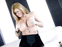 Hot Lisa Daniels enjoys playing with her massive knockers