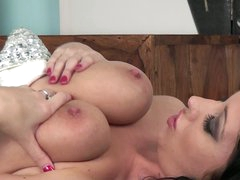 Dark brown Lexi Lowe with delicious large love muffins